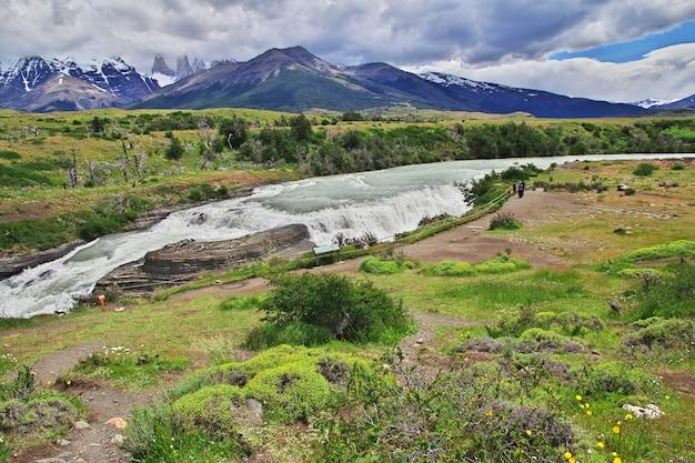 Wasserfall im nationalpark torres del paine, patagonien, chile