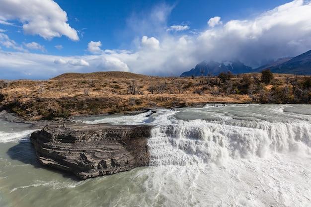 Wasserfall im nationalpark torres del paine.