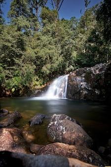 Wasserfall im paradies des tropischen dschungels versteckt
