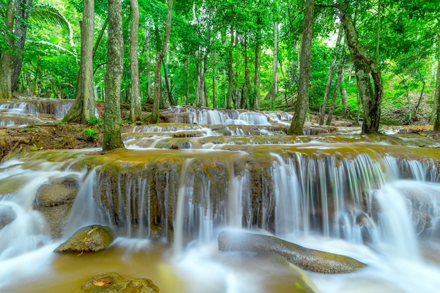 Wasserfall im regenwald, pa wai waterfall, tak province, thailand