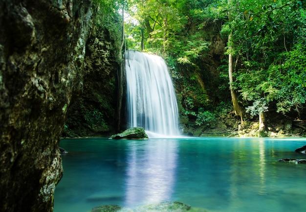 Wasserfall im tiefen wald, thailand