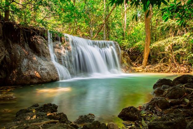 Wasserfall im tiefen wald