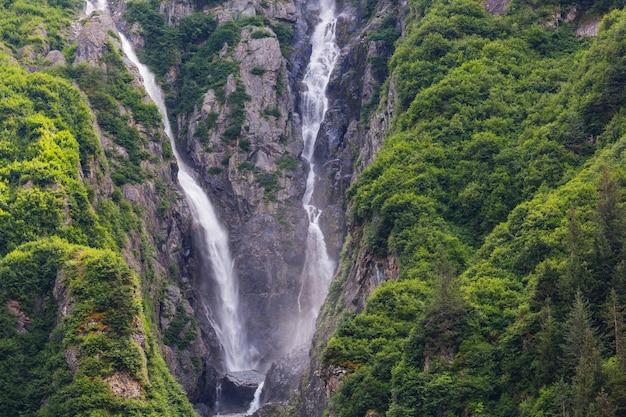 Wasserfall in den kanadischen bergen