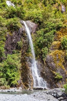 Wasserfall in der nähe von franz joseph glacier south island new zealand