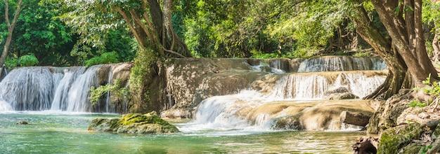Wasserfall in einem wald auf dem berg im tropischen wald
