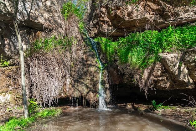 Wasserfall in einer bergschlucht