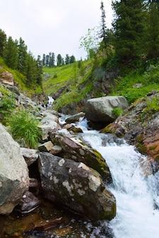 Wasserfall in felsigen bergen