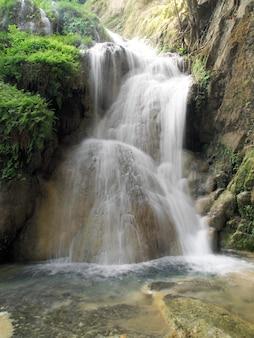 Wasserfall in nationalpark erawan, kanchanaburi, thailand