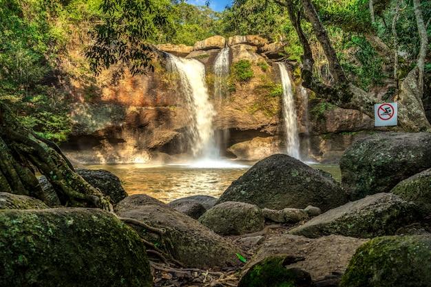 Wasserfall khao yai nationalpark haew suwat, nakhon ratchasima, thailand