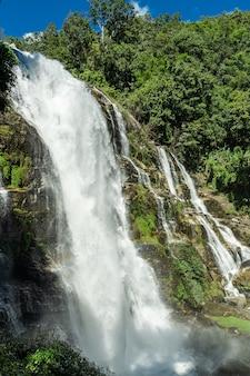Wasserfall mit felsen mitten im dschungel