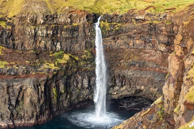 Wasserfall mulafossur hautnah. vagar island. färöer inseln