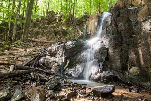 Wasserfall skakalo in den karpatenbergen, transkarpatien, ukraine