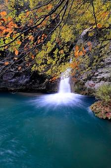 Wasserfall und pool im fluss. naturreservat des urederra-flusses. navarra. spanien