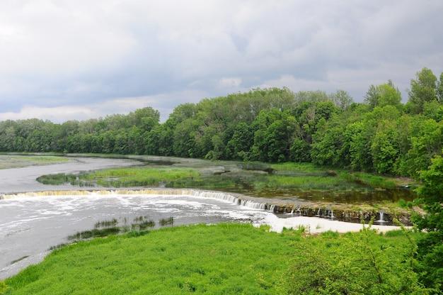 Wasserfall ventas rumba am fluss venta. kuldiga, lettland.