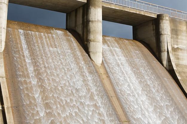 Wasserfallen eines wasserkraftwerks