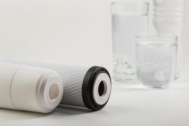 Wasserfilter und gläser mit wasser und eis