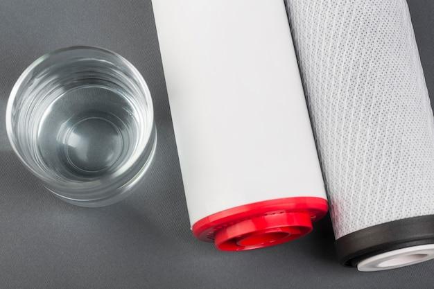 Wasserfilter und glas wasser draufsicht