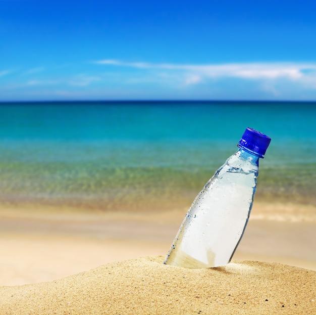 Wasserflasche am strand