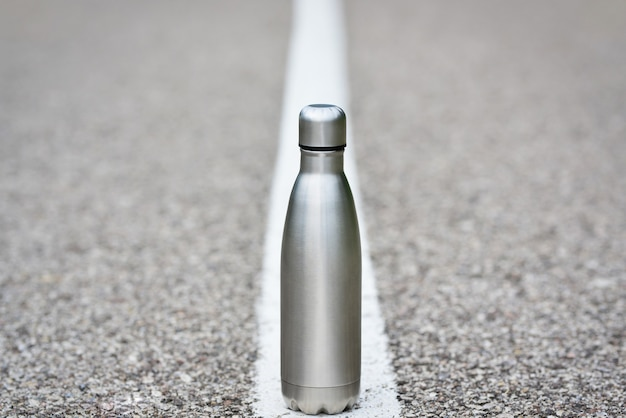 Wasserflasche auf asphalt ist plastikfrei, null abfall