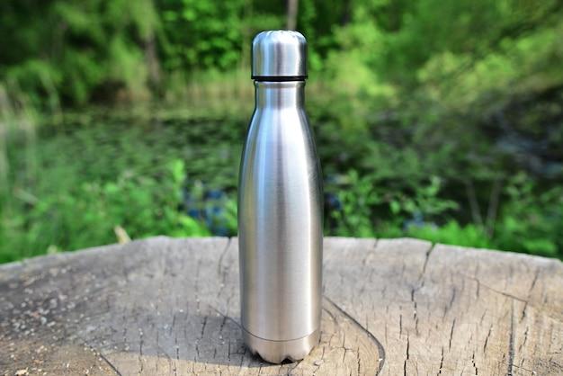 Wasserflasche auf dem hintergrund des sees in den bergen