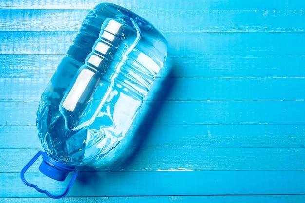 Wasserflasche auf der hölzernen tabelle