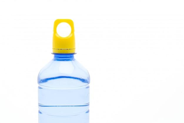 Wasserflasche auf weißer wand