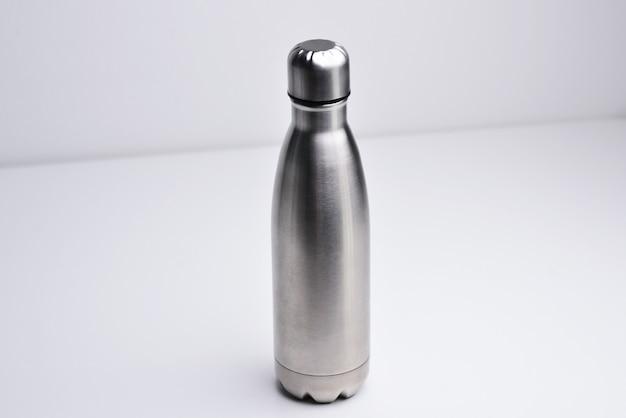 Wasserflasche isoliert auf weißem hintergrund silberfarbe