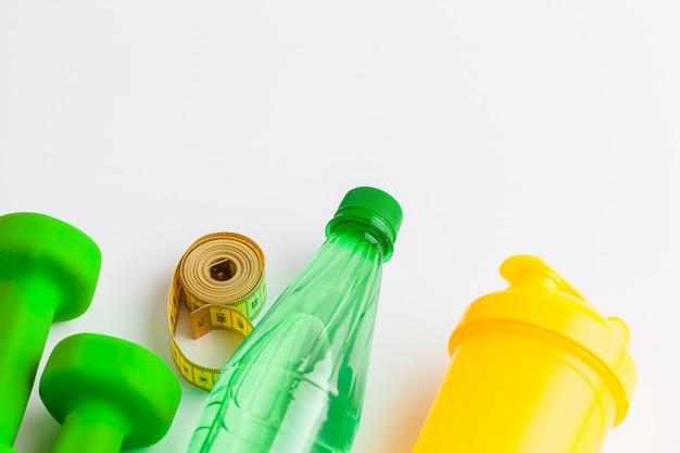 Wasserflasche und eignungsausrüstung lokalisiert auf weiß