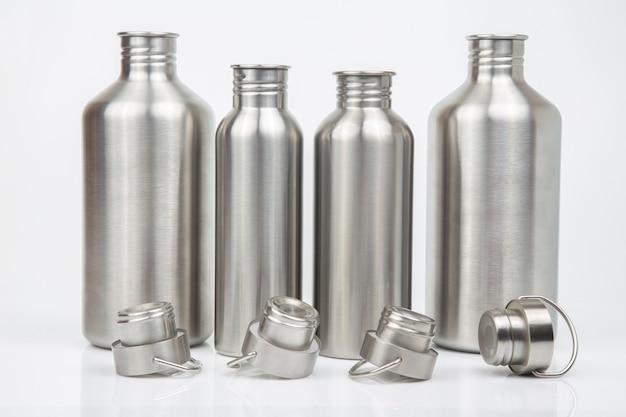 Wasserflaschen aus metall aus stahl auf weißem hintergrund. trinkgeschirr aus metall