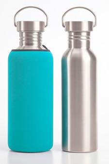 Wasserflaschen aus metallstahl auf weiß. metalltrinkutensilien