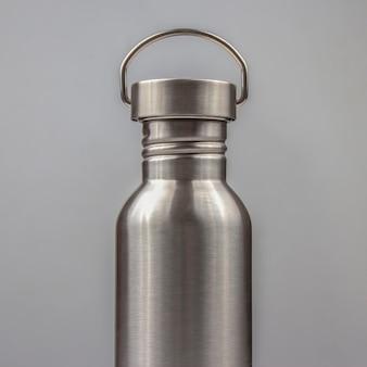 Wasserflaschen aus metallstahl. trinkgeschirr aus metall