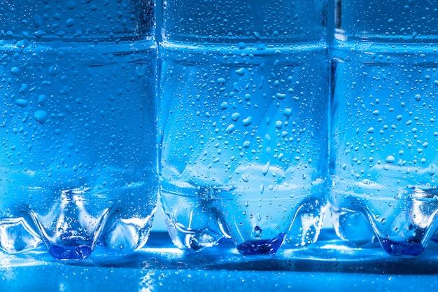 Wasserflaschenabschluß oben auf dunkelblauem hintergrund