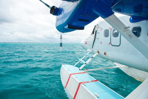 Wasserflugzeug am tropischen strandurlaubsort
