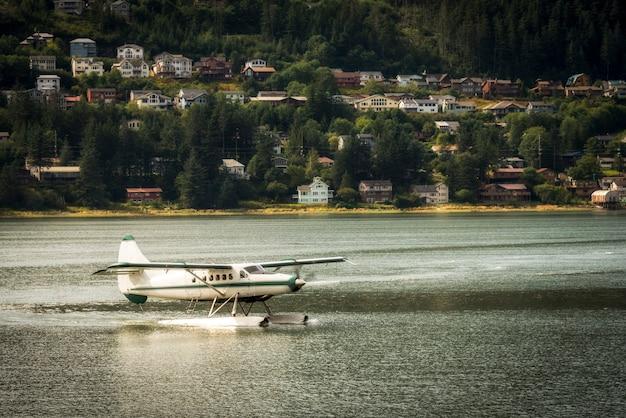 Wasserflugzeug oder propellerflugzeug abheben