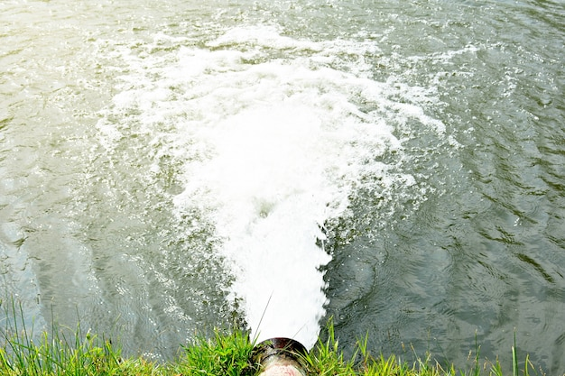 Wasserfluss aus dem abwasserkanal in den fluss
