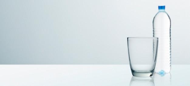 Wasserglas isoliert mit hintergrundbeschneidungspfad eingeschlossen