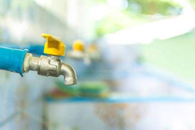Wasserhähne, die aus pvc-rohren angeschlossen werden