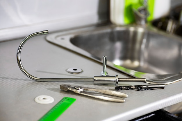 Wasserhahn, lineal, werkzeuge zum austausch und zur installation