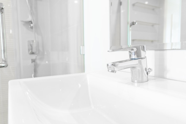 Wasserhahn oder hahn im badezimmer