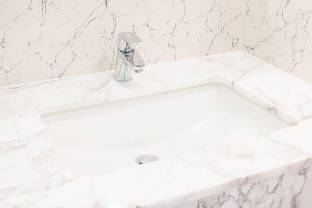 Wasserhahn und waschbecken