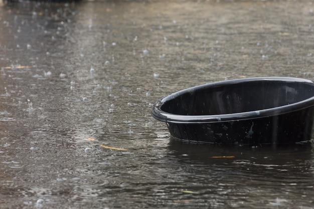 Wasserhochwasserdorf. problem mit dem drainagesystem.