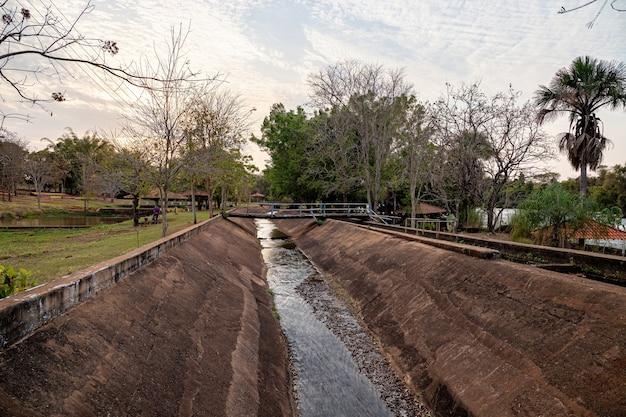 Wasserkanäle, die einen teil des wassers vom fluss zu dem kleinen verlassenen wasserkraftwerk umleiten