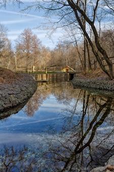 Wasserkanal mit sauberem quellwasser. foto eingelassener herbst in russland.