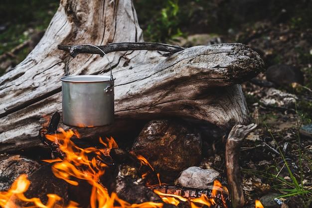 Wasserkocher im lagerfeuer in der natur