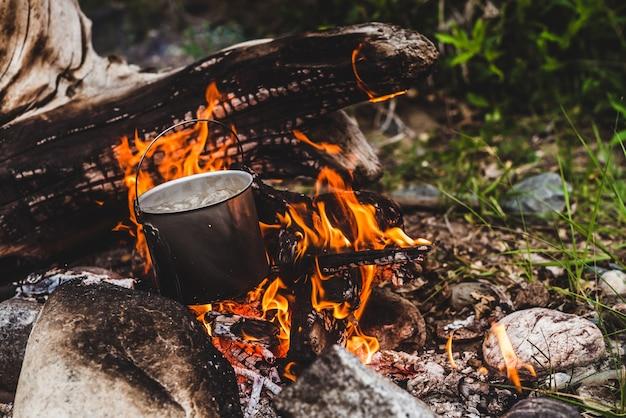 Wasserkocher steht in flammen.