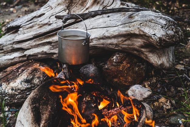 Wasserkocher über feuer hängen