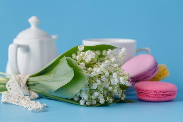 Wasserkocher und tassen mit frühlingsblumen