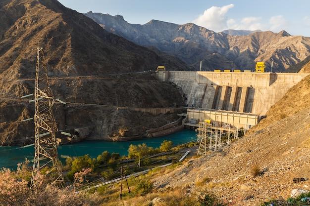 Wasserkraftwerk am fluss naryn, kirgisistan