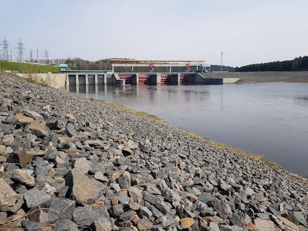 Wasserkraftwerk am fluss stromerzeugung aus wasserdruck