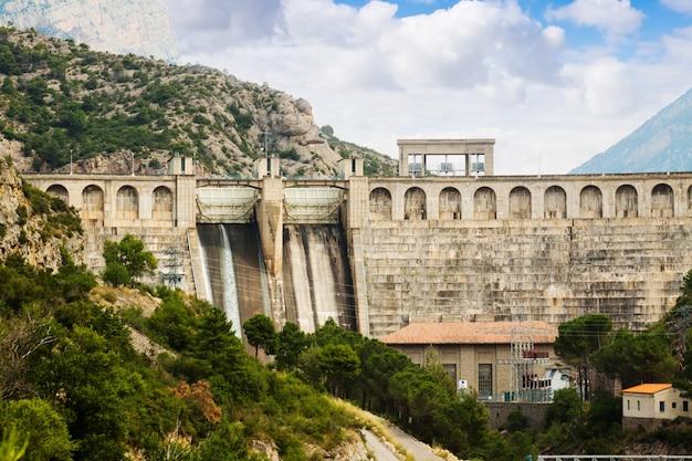 Wasserkraftwerk am fluss